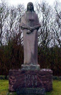 п. Линнусе, Мухуская волость. Памятник на братской могиле советских воинов, погибших в годы войны