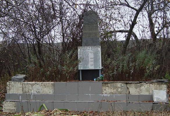 с. Михайловка Харьковского р-на. Памятник установлен на братской могиле, в которой похоронено 57 советских воинов