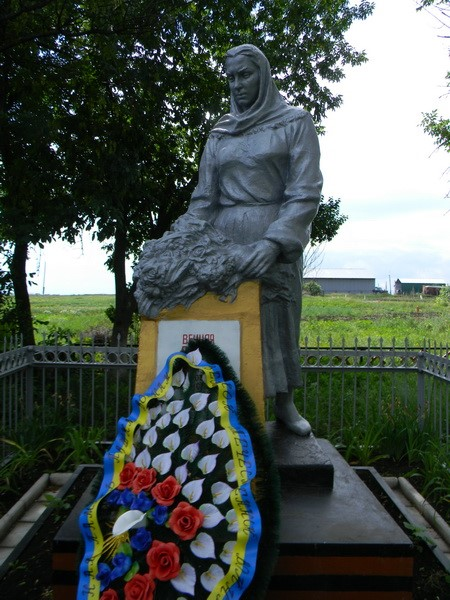 с. Мороховец Харьковского р-на. Памятник на околице села, установлен на братской могиле, в которой похоронено 30 советских воинов
