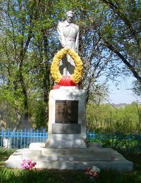 с. Нескучное Харьковского р-на. Памятник по улице Новоселовка, установлен на братской могиле, в которой похоронено 254 воина, погибших в годы войны