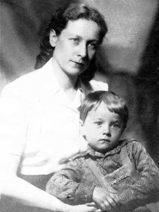Жена Абакумова Антонина с сыном