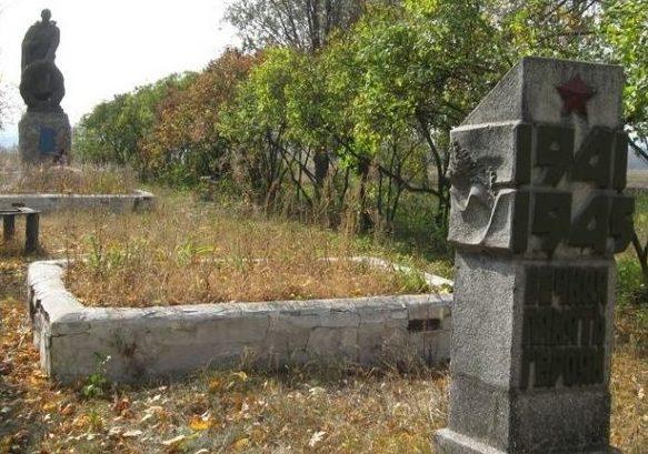 с. Нижняя Озерянка Харьковского р-на. Памятник на околице села, установлен на братских могилах, в которых похоронено 258 воинов, погибших во время войны