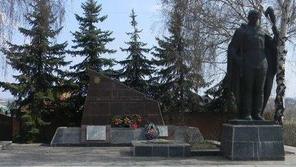 с. Ольховка Харьковского р-на. Памятник по улице Пяти лет СССР, установлен на братской могиле, в которой похоронено 252 советских воина