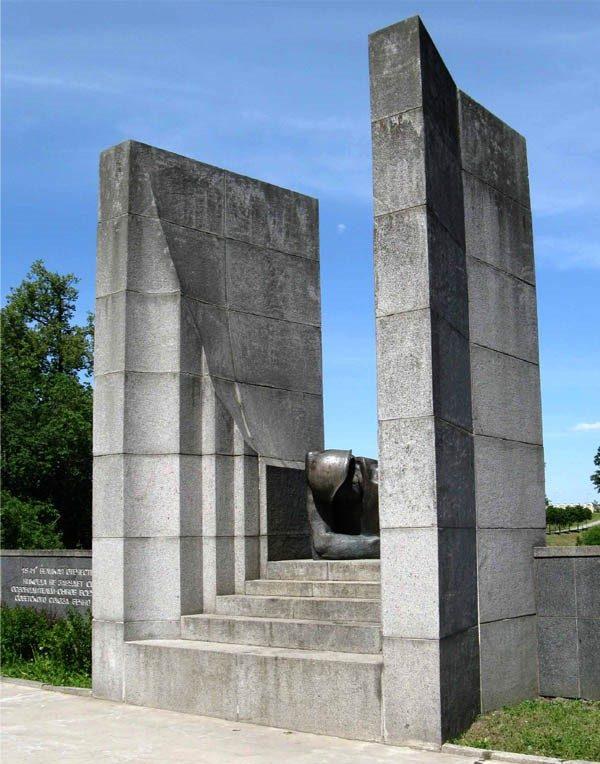 г. Тарту. Центральная часть мемориала на братской могиле советских воинов