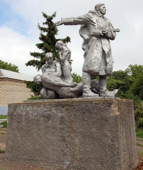 с. Григорьевка Каушанского р-на. Скульптурная группа мемориала, установленного на братской могиле, в которой похоронено 38 воинов