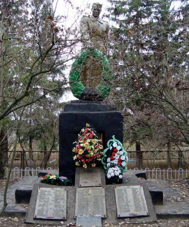 с. Перемога Харьковского р-на. Памятник на братской могиле, в которой похоронено 178 советских воинов, погибших в годы войны