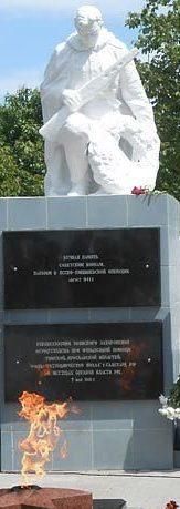 с. Грэдиница Каушанского р-на. Памятник советским воинам, погибших во время Ясско-Кишиневской операции. На гранитных плитах высечены имена 494 советских бойцов