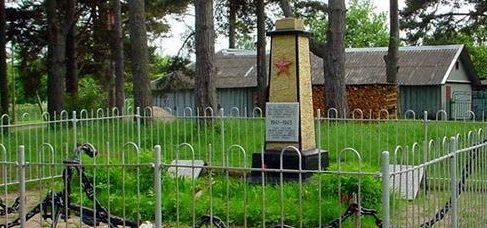 г. Локса. Памятник на братской могиле советских воинов