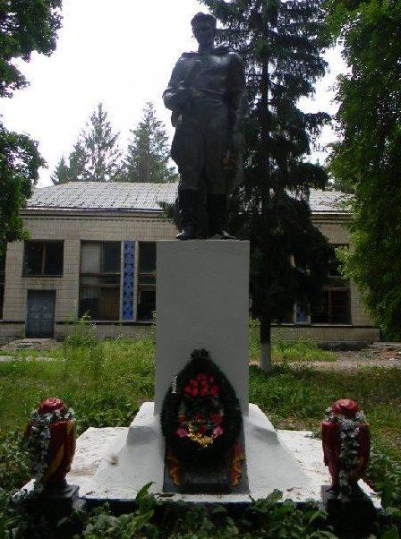 п. Першотравневое Харьковского р-на. Памятник в центре села, установлен на братской могиле, в которой похоронено 16 воинов, погибших в боях за поселок