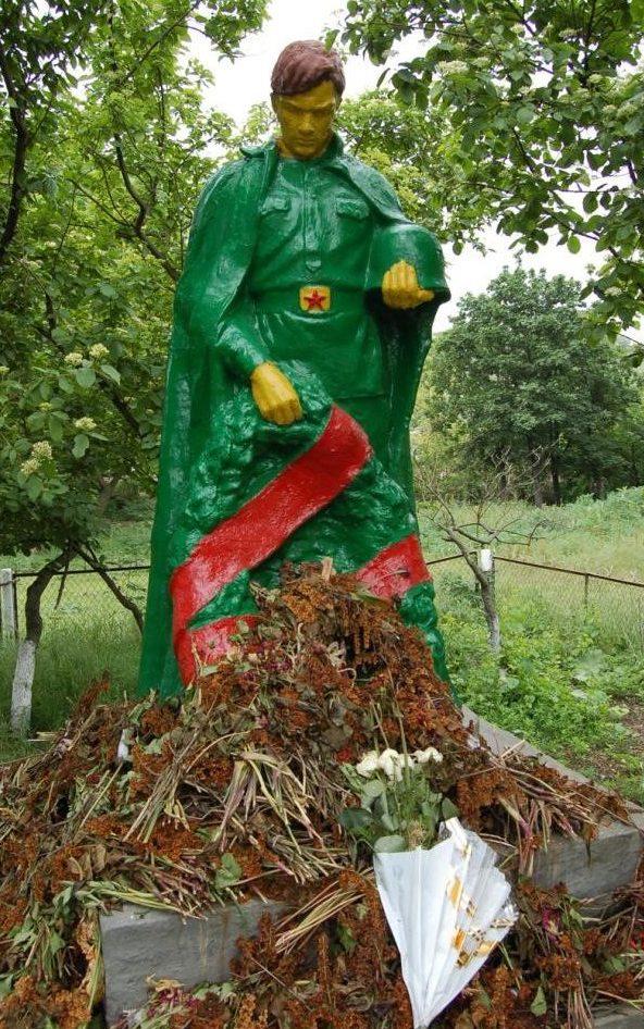 с. Кырнацень Каушанского р-на. Памятник на братской могиле мемориала, в которой похоронен 41 воин.