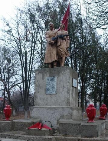 п. Покотиловка Харьковского р-на. Памятник установлен на братской могиле, в которой похоронено 118 воинов, погибших при освобождении села в 1943 года