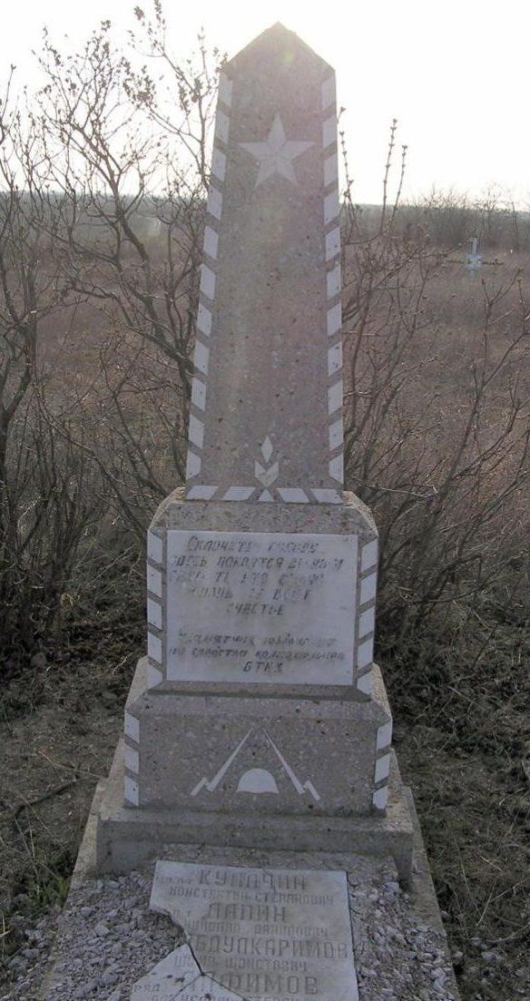 с. Марьянка Каушанского р-на. Памятник на братской могиле, в которой похоронено 11 воинов