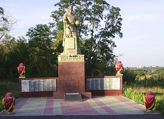 с. Пономаренки Харьковского р-на. Памятник установлен на братской могиле, в которой похоронено 383 воина, погибших в боях за село