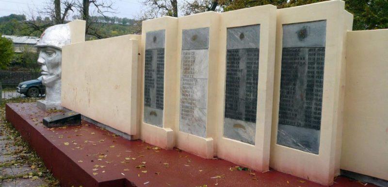с. Старые Фарладаны Каушанского р-на. Фрагмент мемориала с именами погибших воинов и односельчан