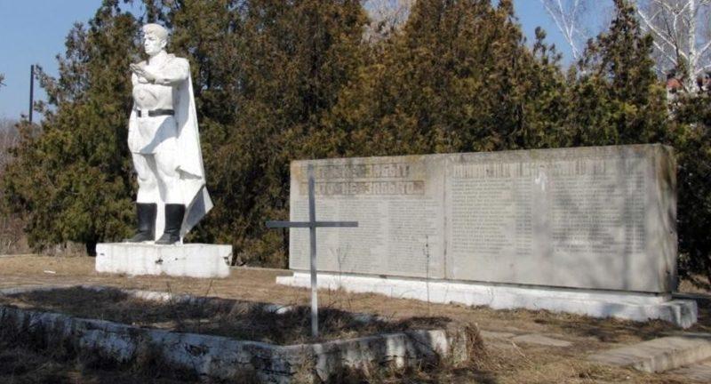 с. Танатары Каушанского р-на. Мемориал на братской могиле, в которой похоронено 94 воина