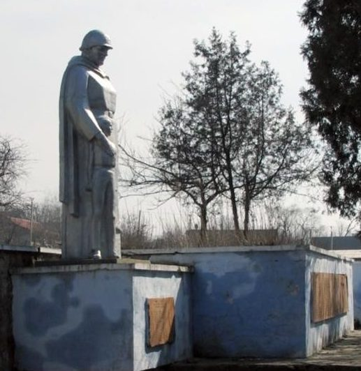 с. Урсоая Каушанского р-на. Мемориал на братской могиле, в которой похоронено 73 воина