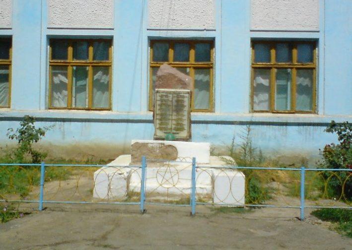 г. Арыс. Памятник выпускникам школы, участникам Великой Отечественной войны.
