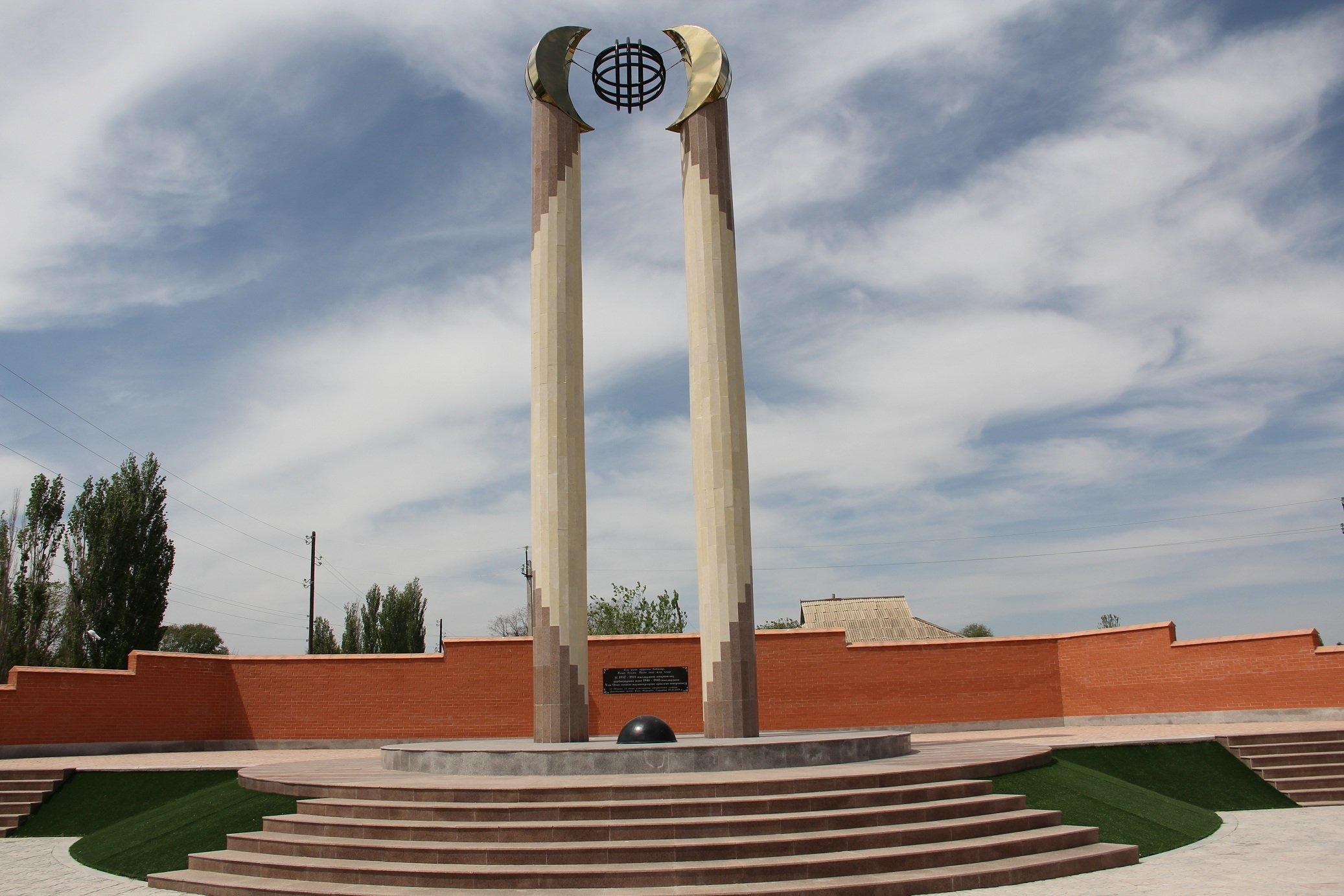 с. Жарлысу Рыскуловского р-на. Монумент воинам, погибшим во время Великой Отечественной войны, был открыт в 2015 году. Архитектор - Бахыт Сегизбаев.