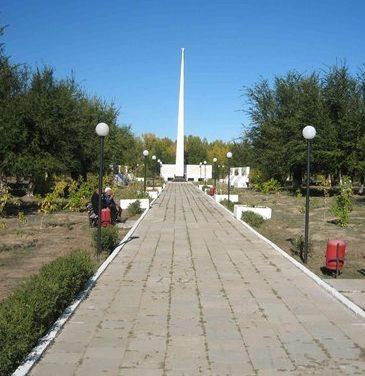 с. Чапаев Акжаикского р-на. Мемориал Победы в парке Славы.