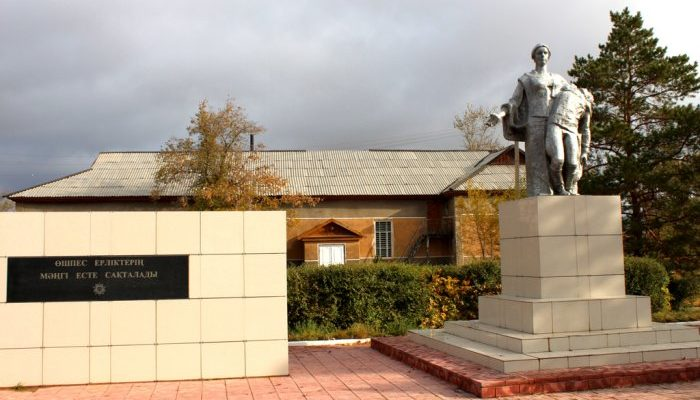 с. Актогай. Мемориал воинам, погибшим в годы Великой Отечественной войны, установленный в центральном парке Победы.