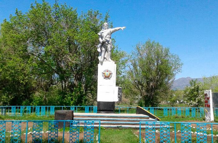 с. Колденен Урджарского р-на. Памятник воинам, погибшим в Великой Отечественной войне.