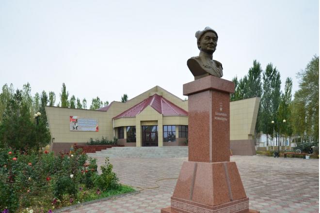 с. Кайракт Жуалынского р-на. Бюст Герою Советского Союза Бауржану Момышулы установлен по улице Абая у одноименного музея.