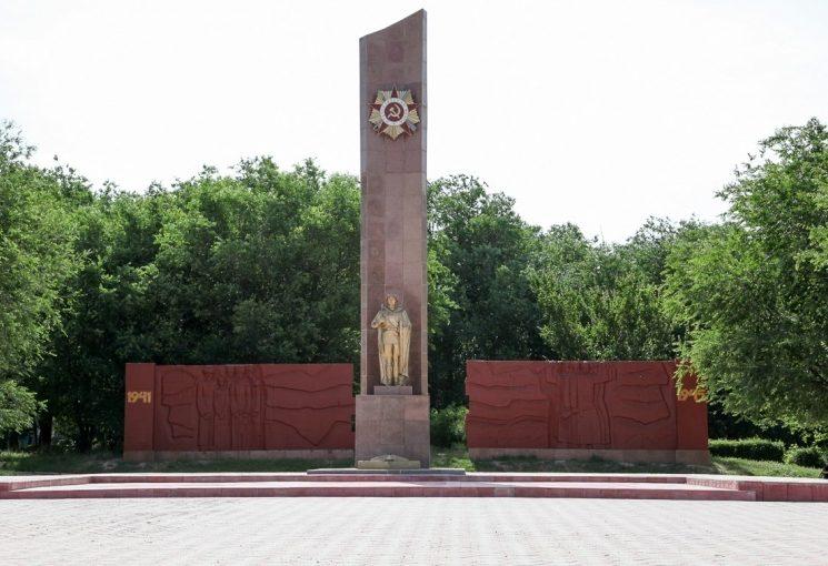 г. Жанатас Сарысуского р-на. Монумент Славы.
