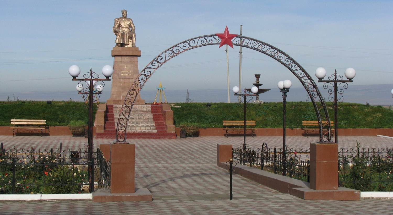 с. Момышулы Жуалынского р-на. Памятник Герою Советского Союза Бауыржана Момышулы.