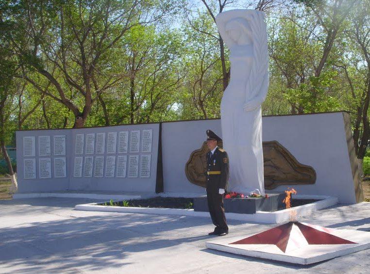 с. Аулиеколь. Памятник воинам, погибшим в годы Великой Отечественной войны.