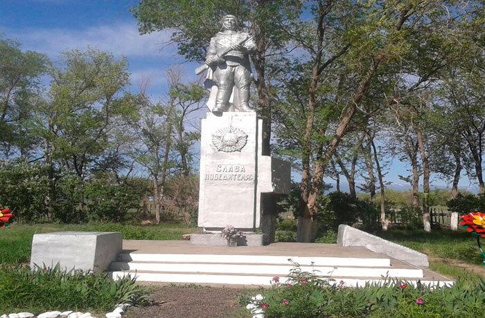 с. Науалы Урджарского р-на. Памятник воинам, погибшим в годы Великой Отечественной войны.