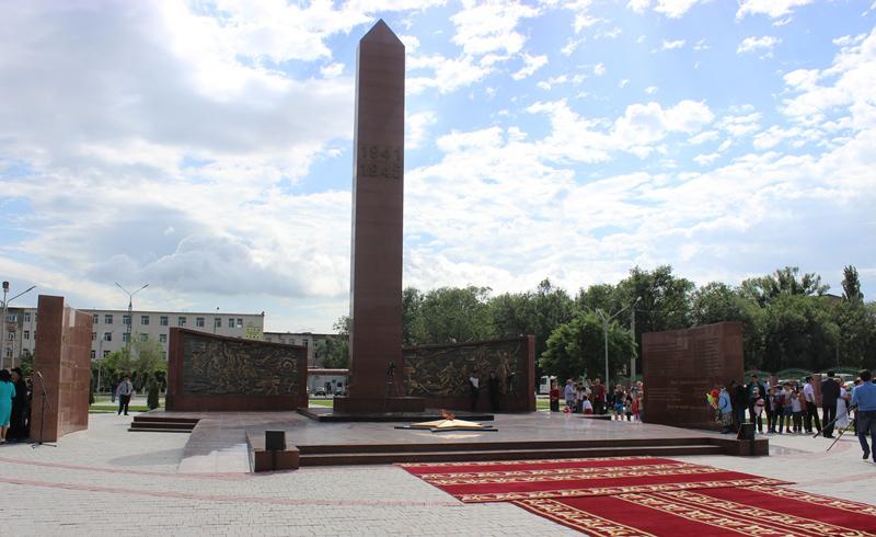 г. Тараз. Общий вид монумента «Вечный огонь».