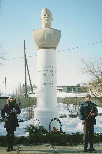 с. Аулиеколь. Памятник Герою Советского Союза Султану Баймагамбетову, установленному перед зданием школы.