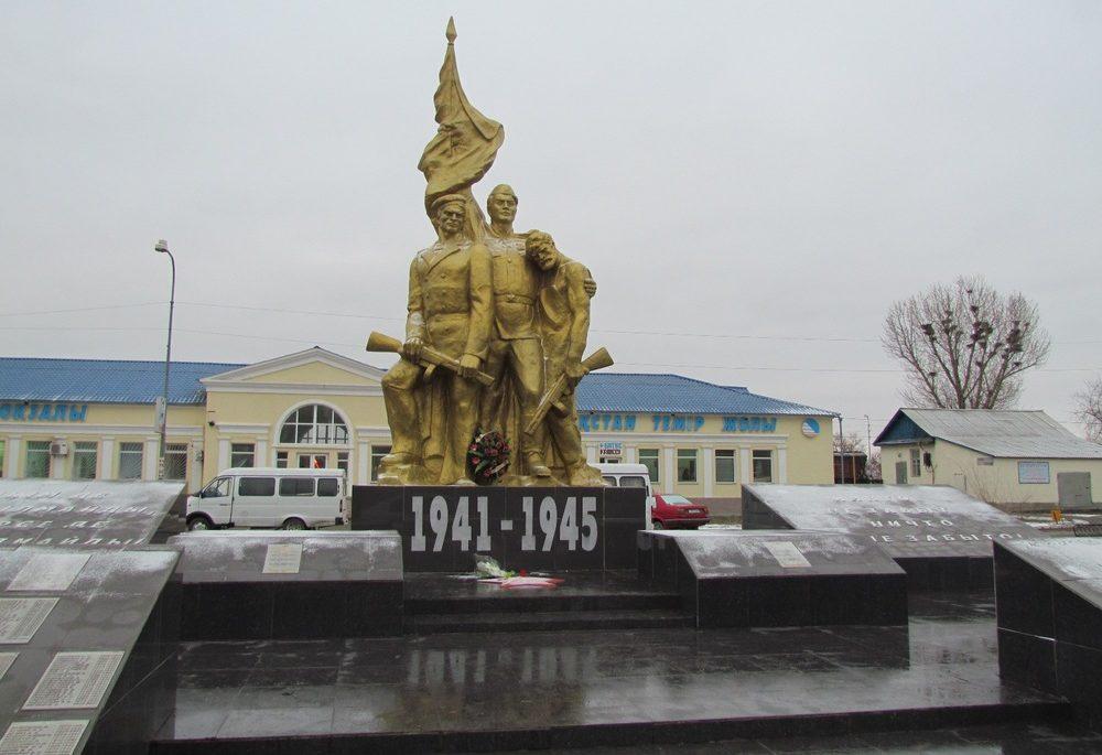г. Аксай Бурлинского р-на. Памятник героям Великой Отечественной войны, установленный рядом с вокзальной станцией.
