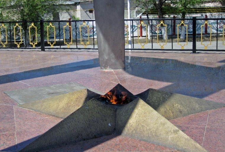 Вечный огонь мемориала.