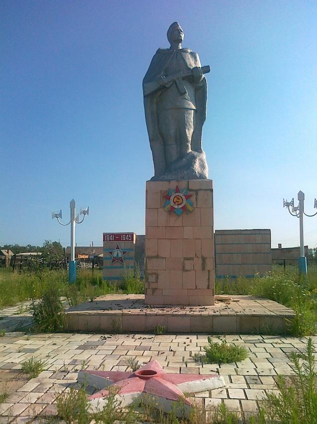 с. Алкатерек Акжарского р-на. Памятник воинам, павшим в годы Великой Отечественной войны.
