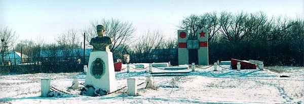 г. Аксай Бурлинского р-на. Мемориал «Обелиск Победы», установленный на привокзальной площади. На мемориальных плитах увековечено 1821 имя погибших воинов Бурлинского района.
