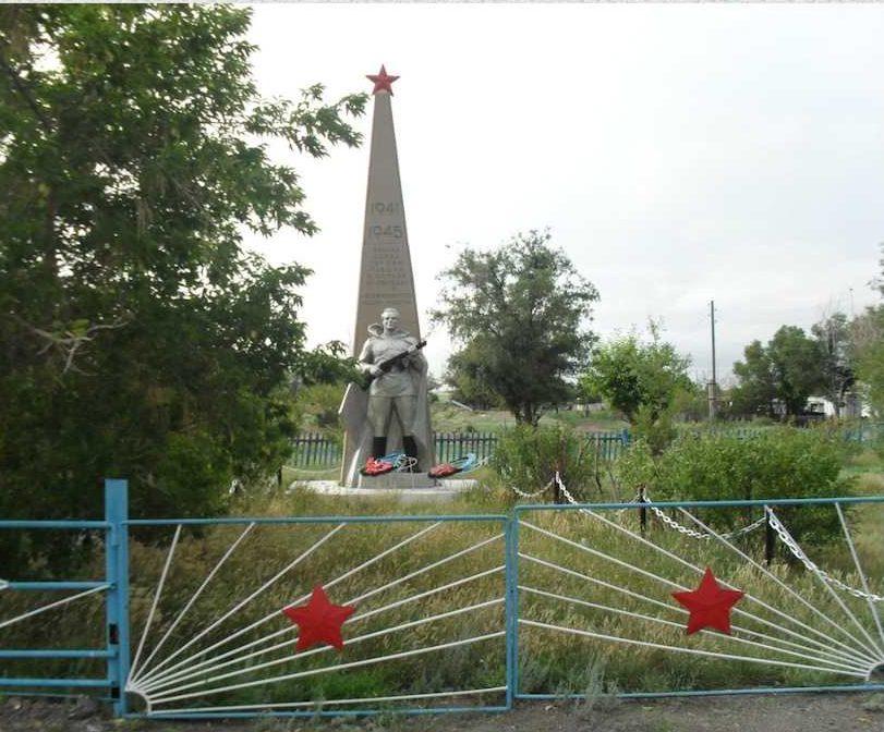 с. Дальнее Осакаровского р-на. Памятник погибшим воинам.