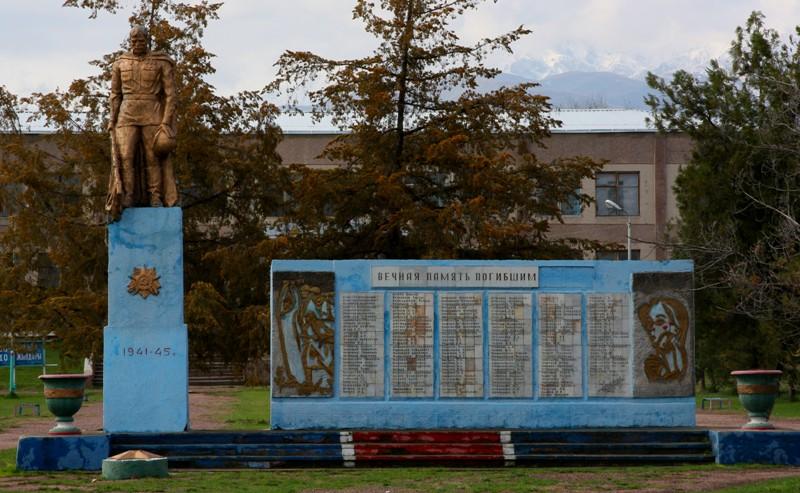 п. Мерке. Памятник воинам, погибшим в годы Великой Отечественной войны.