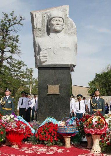г. Тараз. Памятник снайперу Ыбырайыму Сулейменову.