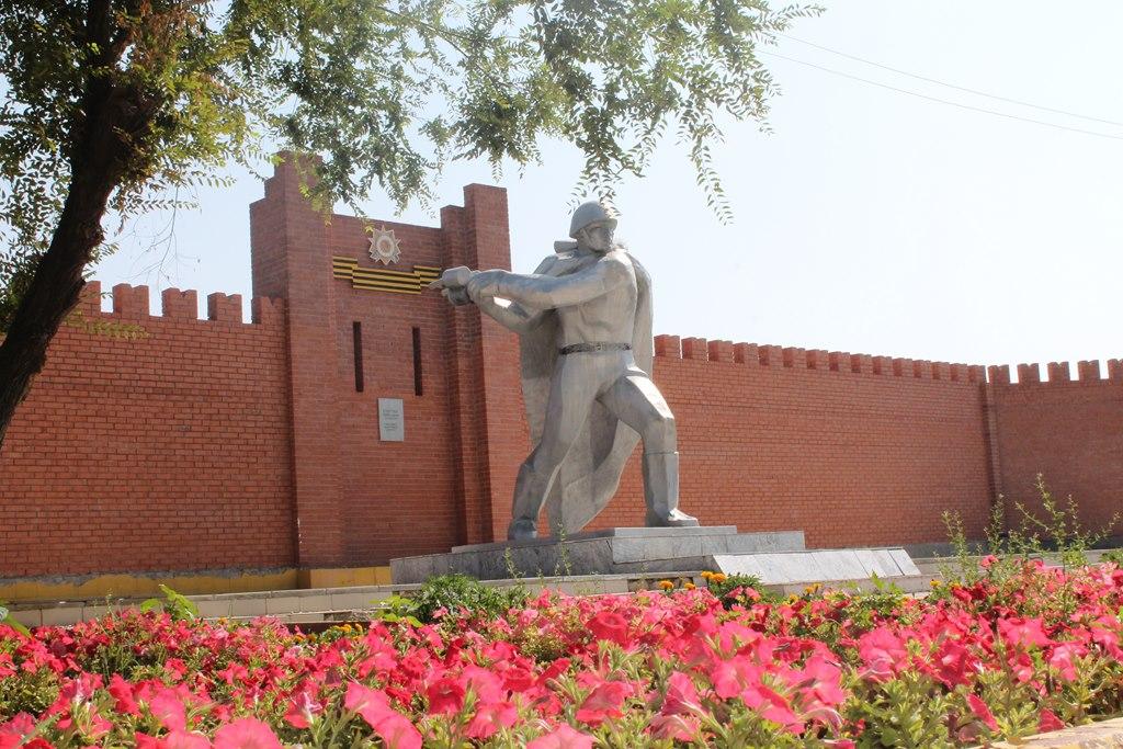 с. Теренозек Сырдарьинского р-на. Общий вид мемориала воинам, погибших в годы Великой Отечественной войны.