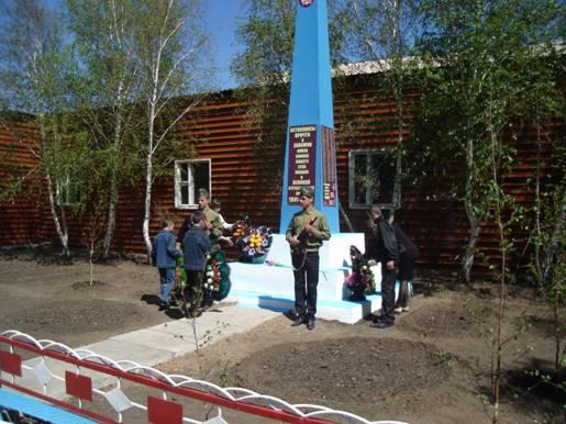 с. Есиль (Литвиновское) Осакаровского р-на. Обелиск воинам-замлякам, установленный в школьном дворе в школьном дворе в 1965 году.