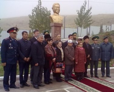Войсковая часть 2035 ПС КНБ РК Меркенского р-на. Памятник Герою Советского Союза Саду Шакирову, в честь которого и была названа войсковая часть.