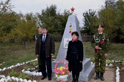 с. Тау Жанибекского р-на. Памятник Герою Советского Союза Е. Ниеткалиеву.