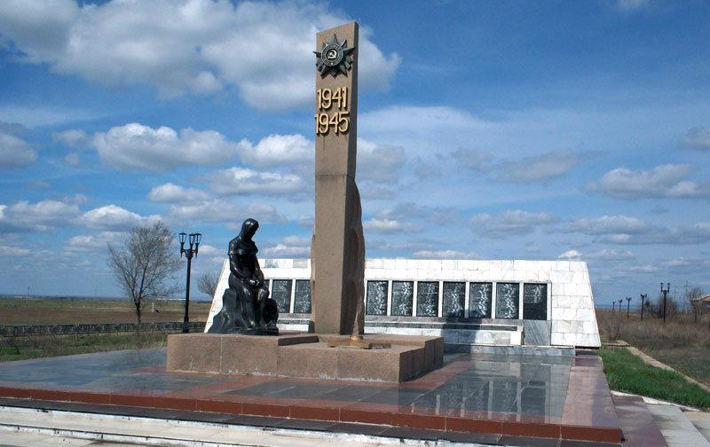 п. Осакаровка. Мемориальный комплекс «Скорбящая мать»