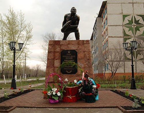 г. Житикара. Памятник Герою Советского Союза Истаю Ищанову, был открыт в 1968 году. В 2006 году его перенесли на бульвар «Абай жолы». Постамент высотой 2,5 метра, выполнен из бетона и кирпича.