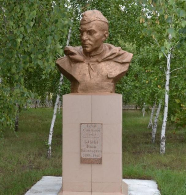 п. Железинка. Памятник Герою Советского Союза И.В.Бабину во дворе школы №2