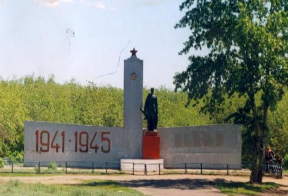с. Голубовка Иртышского р-на. Памятник воинам, погибшим в годы Великой Отечественной войны, установленный в 1977 году.