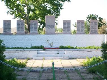 с. Приишимское Осакаровского р-на. Памятник во дворе школы погибшим воинам-землякам был построен в 1978 году. Автор проекта - Козин М. В.
