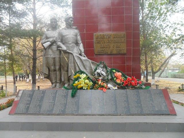 п. Иртышск. Мемориал на улице Войкова воинам, павшим погибшим в годы Великой Отечественной войны.