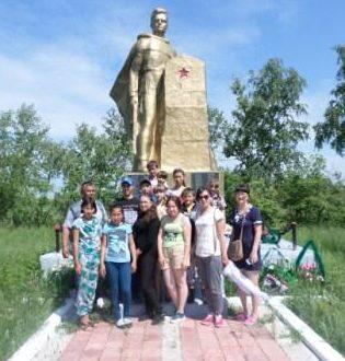 с. Узынсу Иртышского р-на. Памятник воинам, павшим погибшим в годы Великой Отечественной войны.
